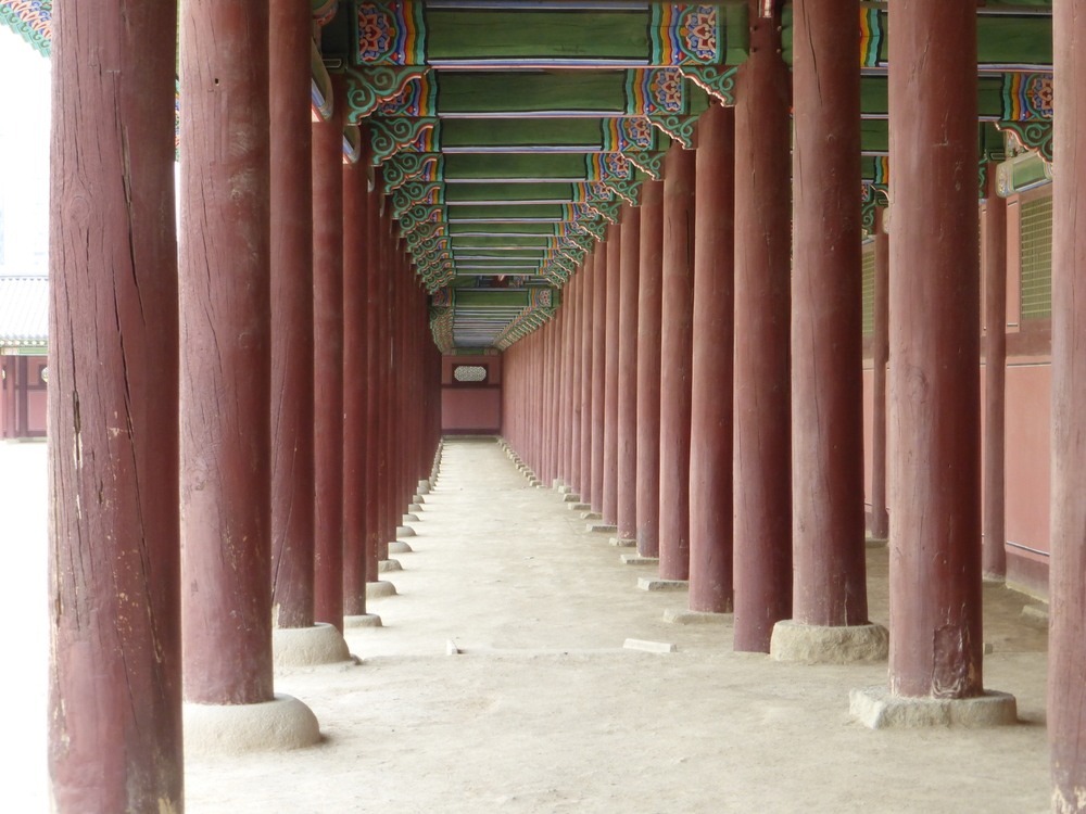 A neat shot of a walkway around a building inside the Gyeongbokgung Palace (where the Emperor lived for many years).