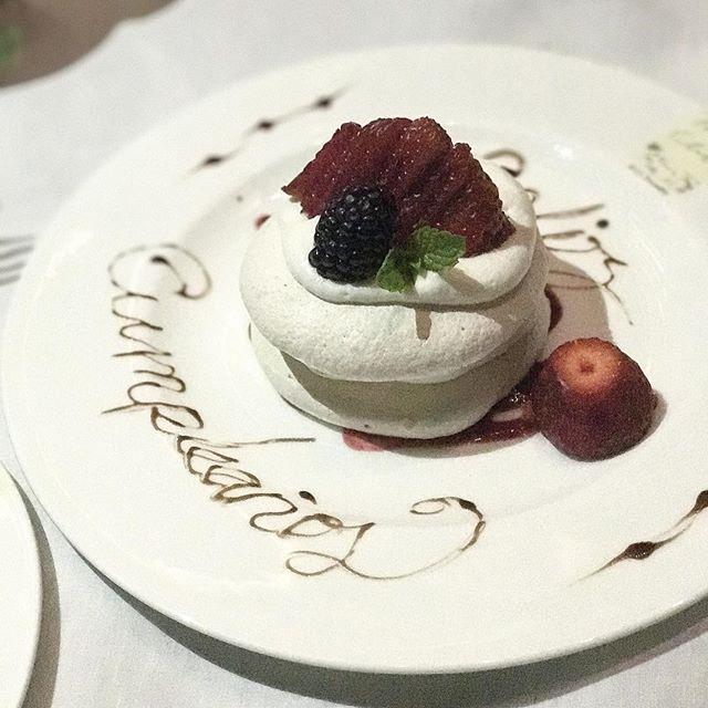 Seguimos de festejo! Cómo ven este delicioso postre de merengue y frutos rojos de Mr. Chow 🤤🙌🏻#enjoytheride #makeittwoplease #thelocaldate