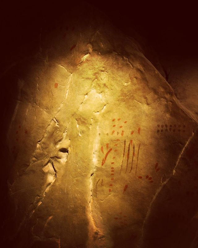 """This is a reproduction of the mysterious painted signs on a large rock in Niaux cave. The meaning of the red and black markings is unknown. More than 90% of all known paleolithic """"art"""" is actually non-figurative signs. From the recreation of the Grotte de Niaux at the Parc de la Préhistoire, Tarascon-sur-Ariège, #France. -----------------------------------#prehistoire #paleolithic #paleo #prehistoric #caveart #tarasconsurariege #ariege #pyrenees #iceage #stoneage #parcdelaprehistoire #art #archaeology #photography #travelphotography #travel #history #ancient  #painting #cavepainting #niaux #signs #anthropology #enigma #symbols #mystery"""