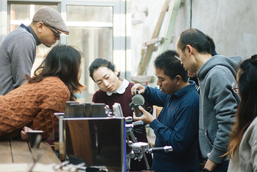 欧洲精品咖啡协会(SCAE)中级咖啡师课程 2017年7月10-12日,¥5500高级咖啡师课程 2017年8月14-16日,¥7800 - 人数:最多5人课程内容:• 咖啡豆产区及处理方式•  咖啡工作区域管理•  咖啡萃取•  牛奶技术•  咖啡师实际操作• 卫生健康与食品安全•  客户服务•  清洁、维修、检修•  财务管理