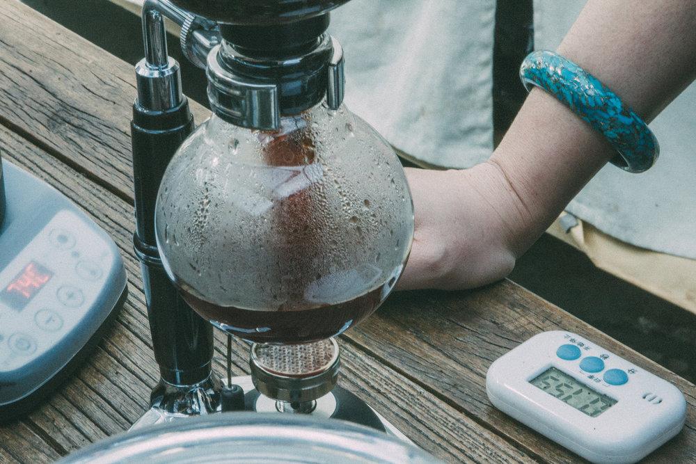 欧洲精品咖啡协会(SCAE)中级手冲课程 2017年7月13-15日,¥5500高级手冲课程 2017年8月17-19日,¥78003天,每天8小时,5500元 - 人数:最多6人课程内容:•  咖啡研磨的理论(grinding)• 烘培对咖啡豆的影响•  手冲咖啡的研究历史•  手冲咖啡的过程•  手冲咖啡须知:不同的因素对咖啡成品的影响•  手冲咖啡的实际操作• 杯测入门课程(特别课程:不在SCAE规定课程内)