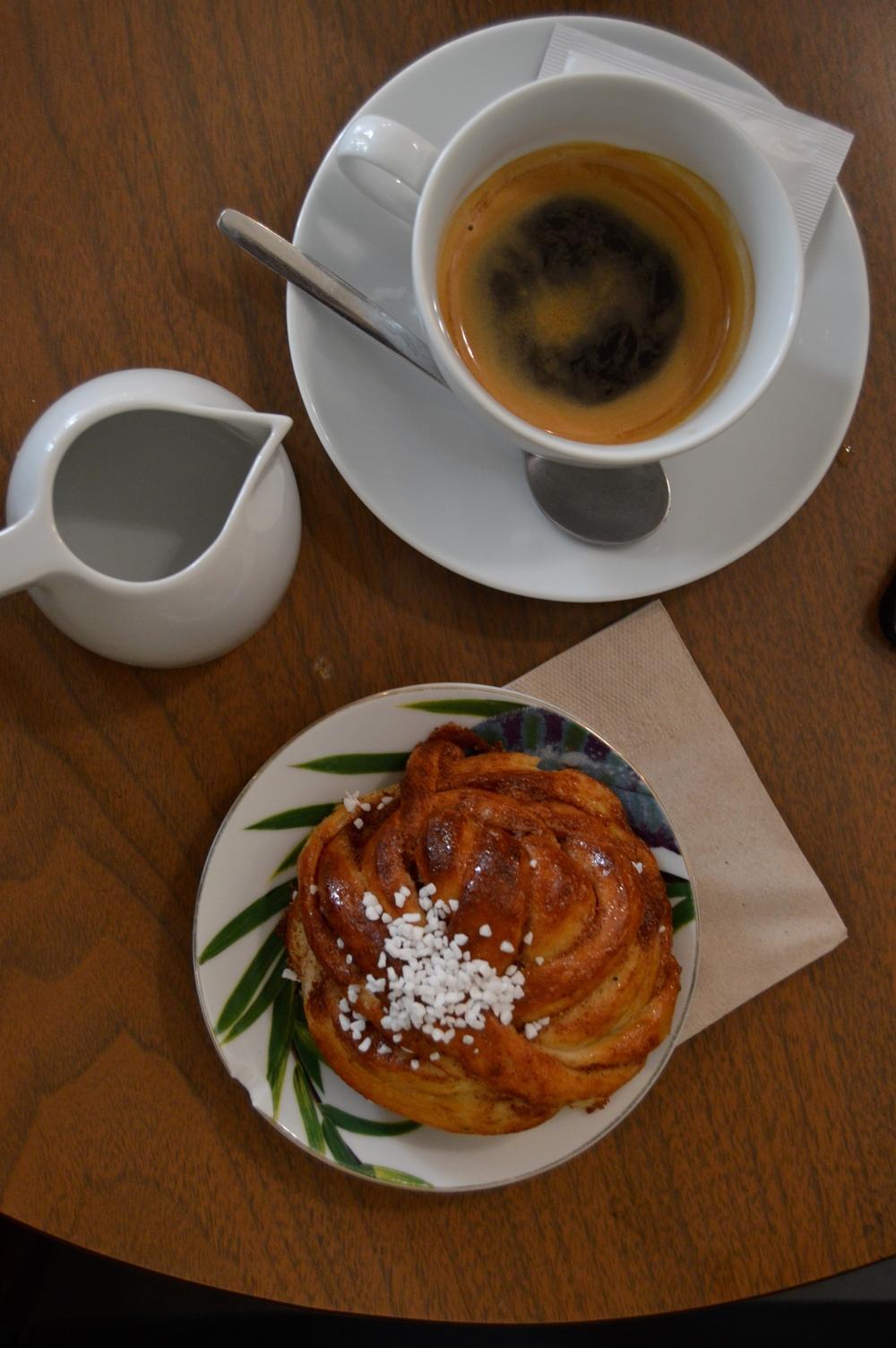 Swedish Cinnamon Bun and Americano at Manso´s Café