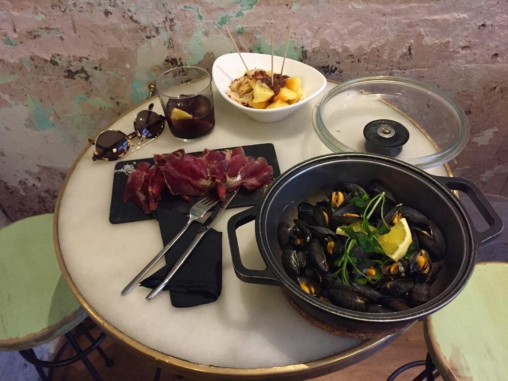 Patatas bravas, cecina and mussels at restaurant El 58