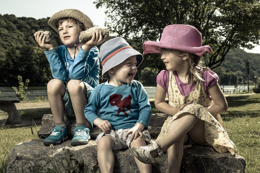 De technieken die je in de cursus leert, zullen je ook helpen om mooiere familiefoto's te maken met weinig materiaal. Deze foto werd gemaakt tijdens een familie-fietstochtje. De flitser en de paraplu kosten samen minder dan 200€.