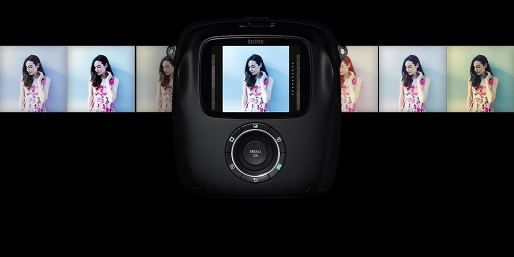 De Instax Square SQ10 heeft niet alleen een printer maar ook een camera aan boord.