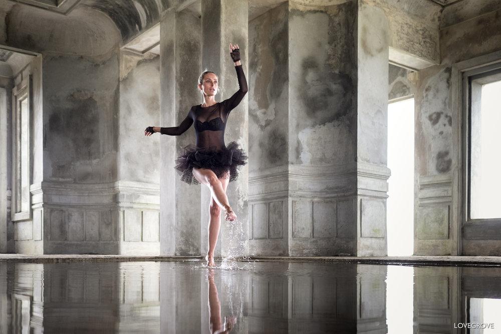 Een ballerina in een verlaten hotel in Cambodia.