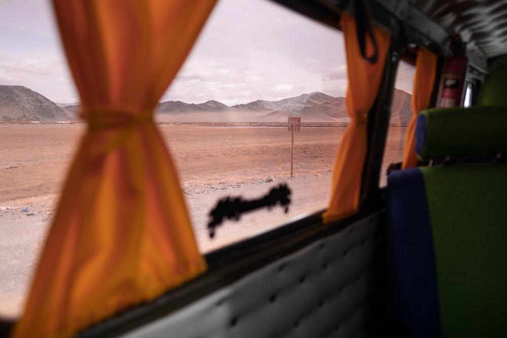 Best wel gezellig, zo'n van oranje gordijntjes voorziene Russische 4 x 4 Forgon minibus!
