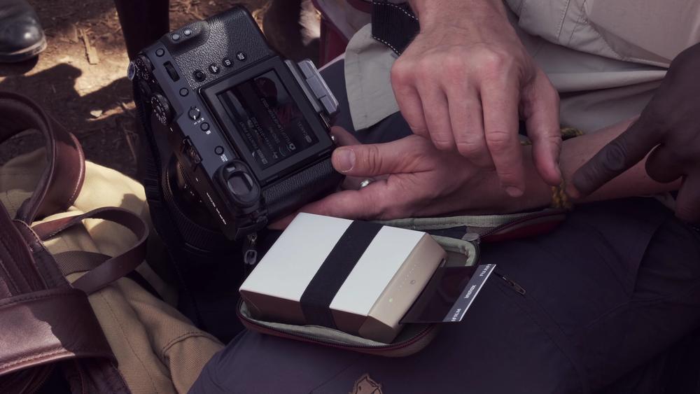 De Fujifilm Instax Printer is het fotografische equivalent van 'Good Karma'. Stap 1. Maak een portret. Stap 2. Geef een print. Stap 3. Iemand anders zal je vragen om zijn foto te maken. Stap 4. Herhaal stap 1. Af en toe moet je een of twee extra stappen inlassen: de papiercassette vervangen of even de batterij van de printer opnieuw opladen!
