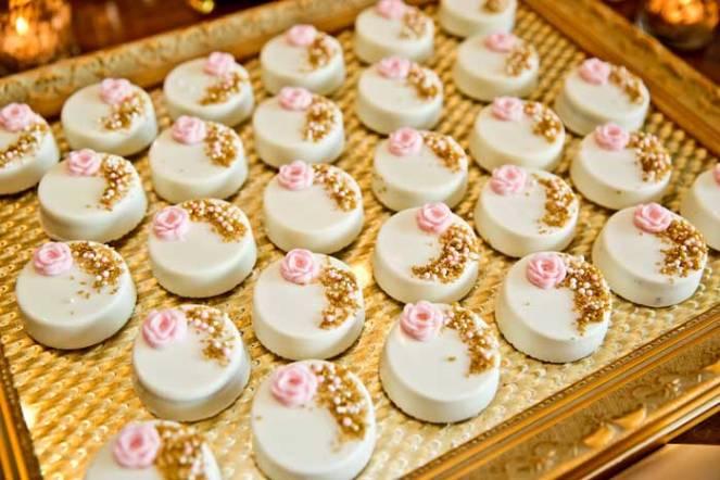 Gold and bubblegum pink dessert table wedding decor idea - La table a dessert ...