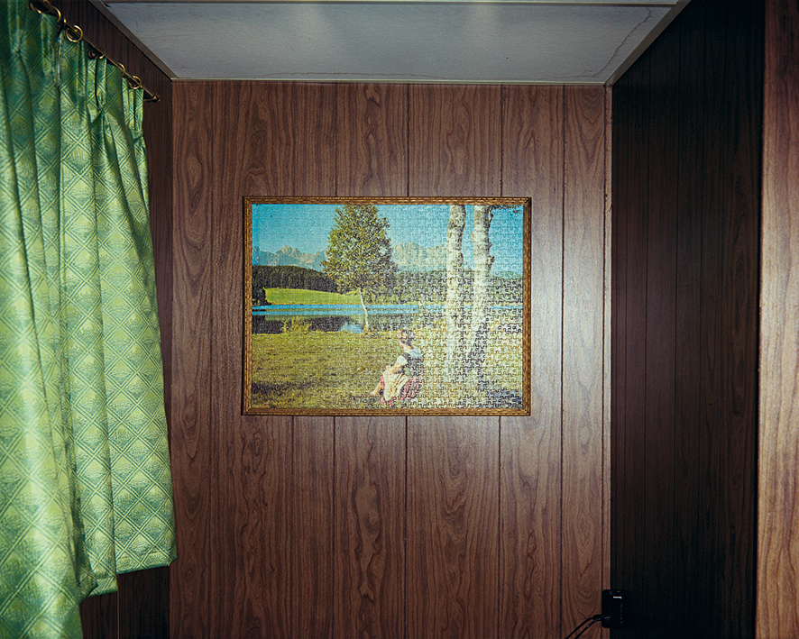 5._puzzle_en_cabina_8_beach_motel_ashland_wisconsin_9_de_julio_de_1973._de_la_serie_uncommon_places.jpg