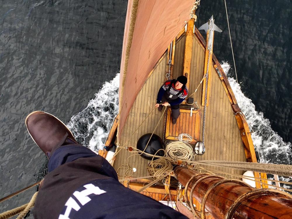 Oppe i masta for å gjøre en liten justering. Trond sikrer. Foto: Knut Halvor Møgster.