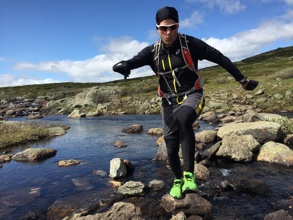 Sondre Rønjom behersker balansering på stein over vidda meget bra.