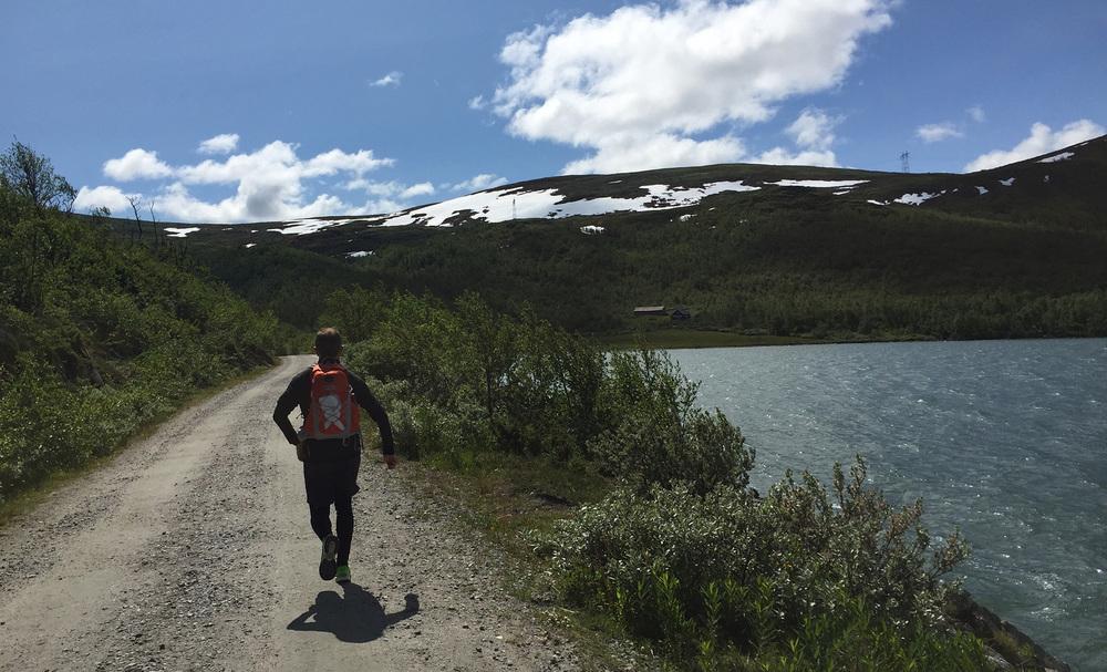 Det er et fantastisk vær å løpe i. Her fra den første kilometeren langs Ustevatnet.