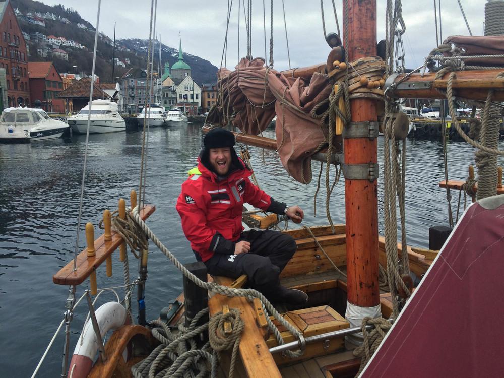Kapteinen, Trond Solbakken, får oss trygt ut fra Bryggen i Bergen.