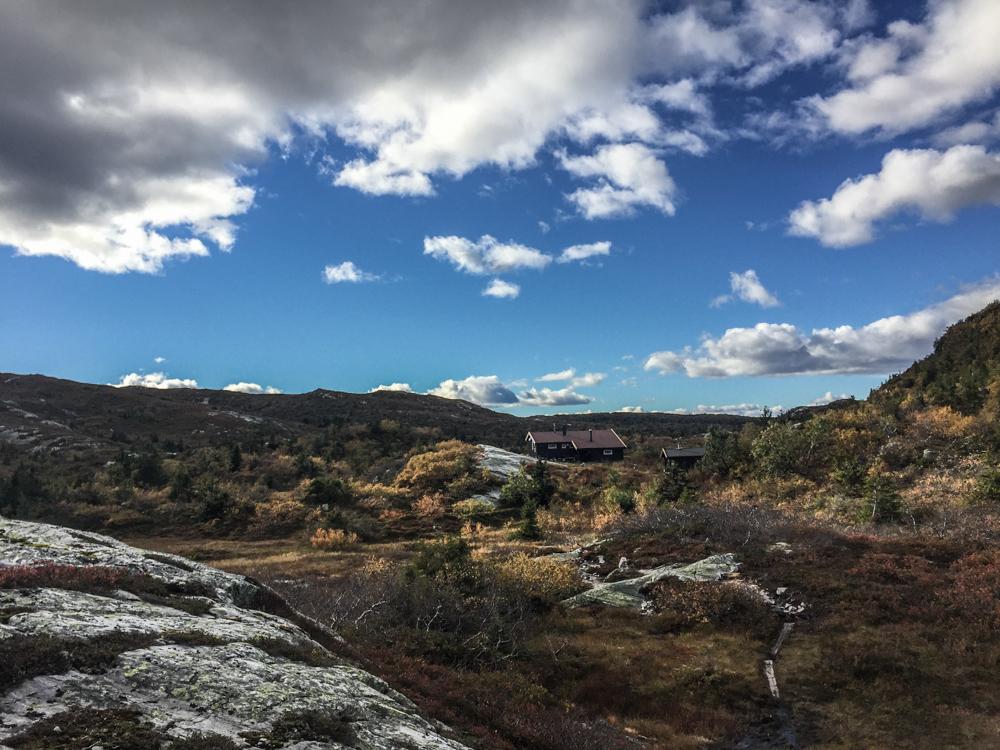 Den selvbetjente DNT-hytta Eriksbu. Det er 19 år siden jeg så den sist. Da kom jeg fra et helt annet sted i fjellet.
