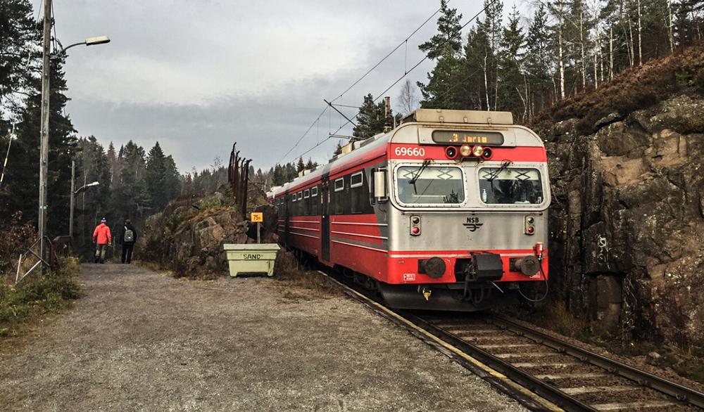 Et stopp senere er jeg på Snippen stasjon. Ruter billetten for Oslo gjelder også hit. Genialt!
