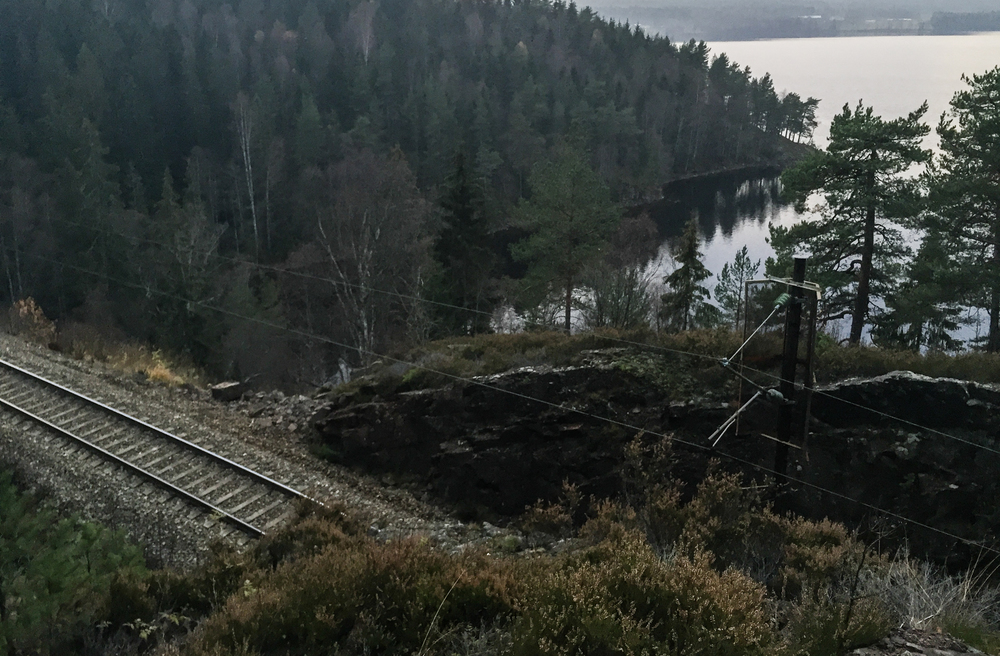 På tide å krysse jernbanen igjen. Vær forsiktig om du vurderer det samme. Her er det fritt fall om du tråkker feil.
