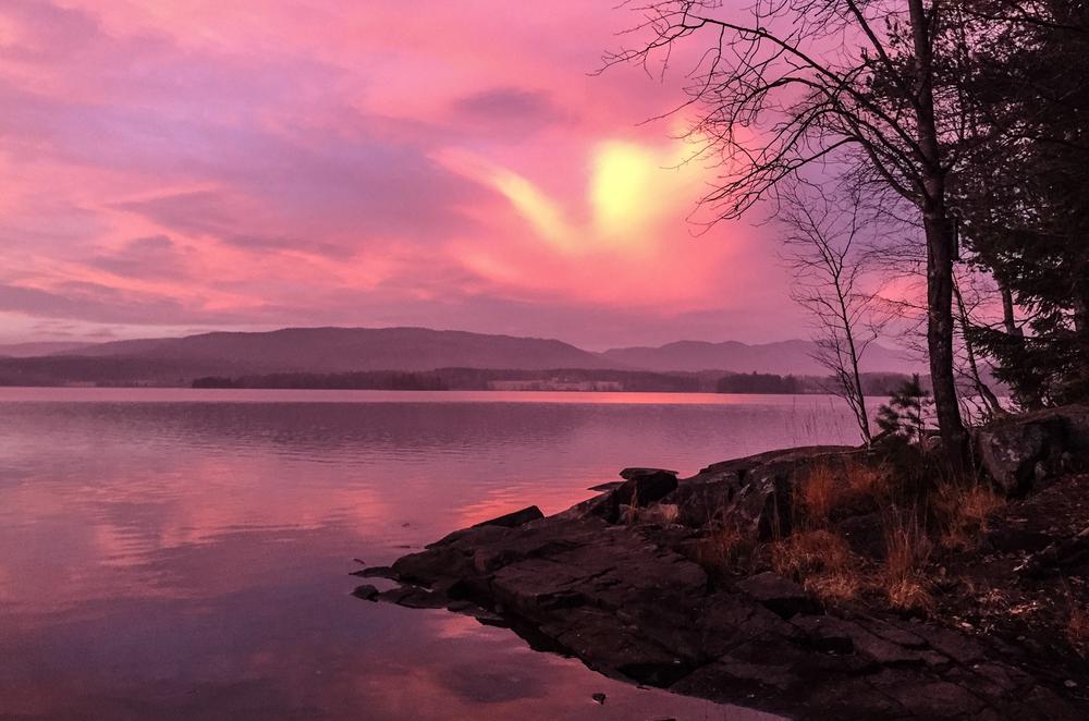 Gull glir etterhvert over til rosa når jeg ser nordover.