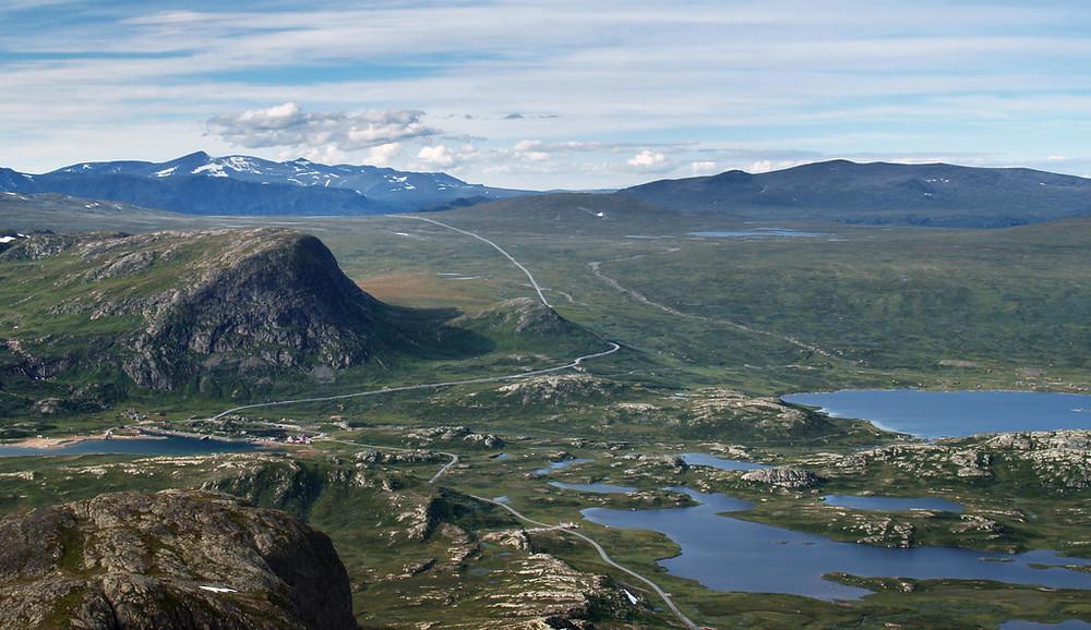 Fylkesvei 51 over Valdresflye er en av 18 nasjonale turistveier.Her sett fra Bitihorn nordvest for Beitostølen. ©Foto: Werner Harstad / Statens vegvesen