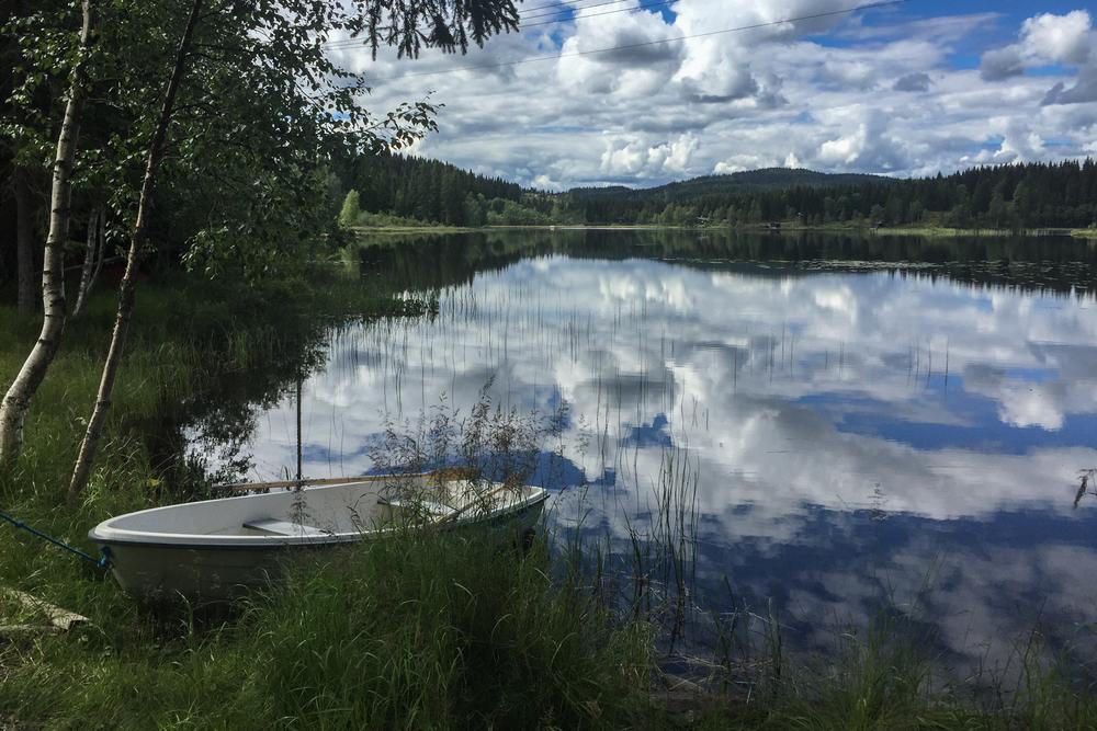 Ved vannet Svea er det vindstille. Skogen er tørr og sola varmer. Forholdene for en langtur kunne ikke vært bedre. Siden dette ikke er en konkurranse kan jeg senke skuldrene og se rundt meg.