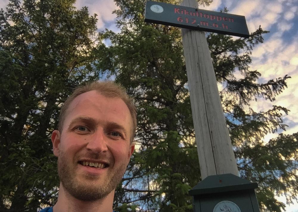 Ryggen mot Kikuttoppen er, sammen med Pershusfjellet, turens høydepunkt. Her blir det en telefon til min venn Ole Einar. Det hjelper på motivasjonen når noen vet hva du holder på med.