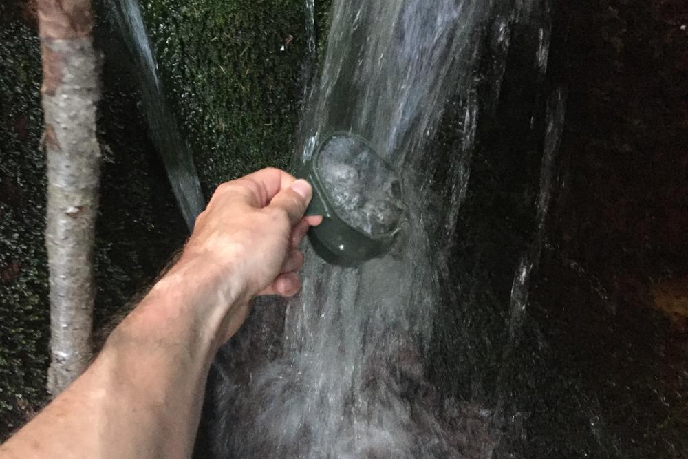 Hurra! En bekk med kaldt, rent og friskt drikkevann.