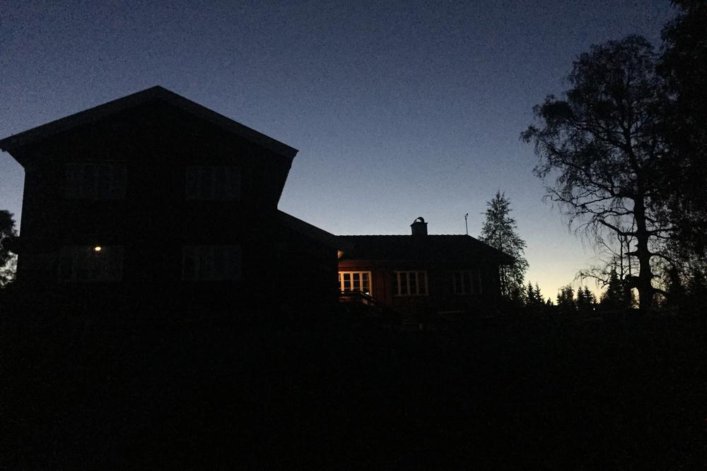 Midnatt ved Ullevålseter. Det er 11 km igjen til Sagene.