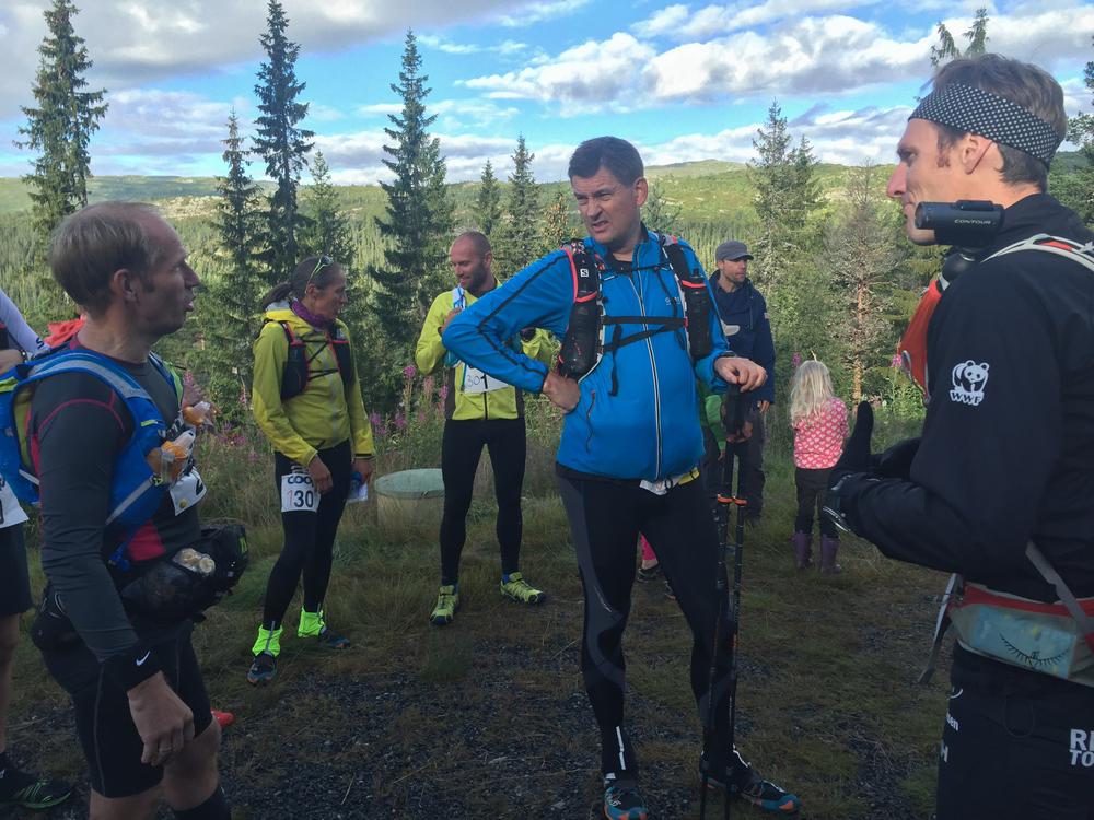 Ultraløpere er inkluderende og ekstra glade i å løpe: Geir, Ottar, Tom Stephan og jeg deler erfaringer.Ottar, i midten, deltok i sitt første ultraløp for nærmere 30 år siden (om jeg ikke husker helt feil).De siste årene har han brynt seg på blant annet Xreid Hardangervidda og Xreid Senja. Tom Stephan (til høyre), min sjåfør opp til løpet, fikk mersmak på ultraløp under årets Ecotrail 80 km.