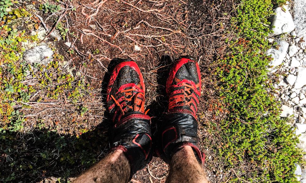 Gamasjer fra Salomon  hindrer at jeg får rusk i skoene. Det er genialt, men de skjærer seg inn i huden. Høyere sokker eller sportstape vil hindre det neste gang.Søle på leggene blir det uansett. Flere steder er det kryssing av bekker og elver der jeg får skylt av meg det verste. Søle gir jo ekstra vekt.