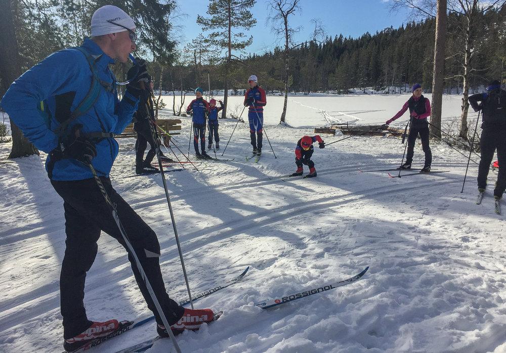 Nils Gunnar viser oss en super treningsrunde fra Steinbruvannm ovenfor Grorud,til Skytta, Kjulstjern, Lilloseter og ned igjen til Steinbruvann. I bakgrunnen er det en yngre kar som gjerne vil videre.