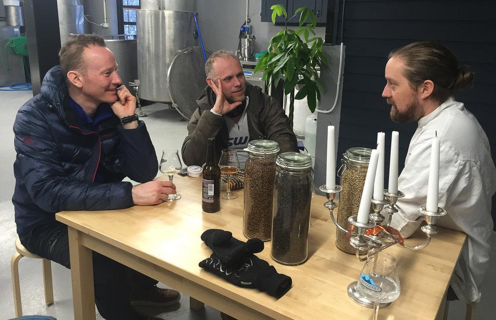 Einar Gurholt Pedersen, til høyre, er både hotelldirektør og kjøkkensjef. Nå har han også overtatt Fjellbryggeriet. Geir Skjevling Arnesen er ansatt som brygger. Nils Gunnar og Petter får prøvesmake kortreist fjelløl.
