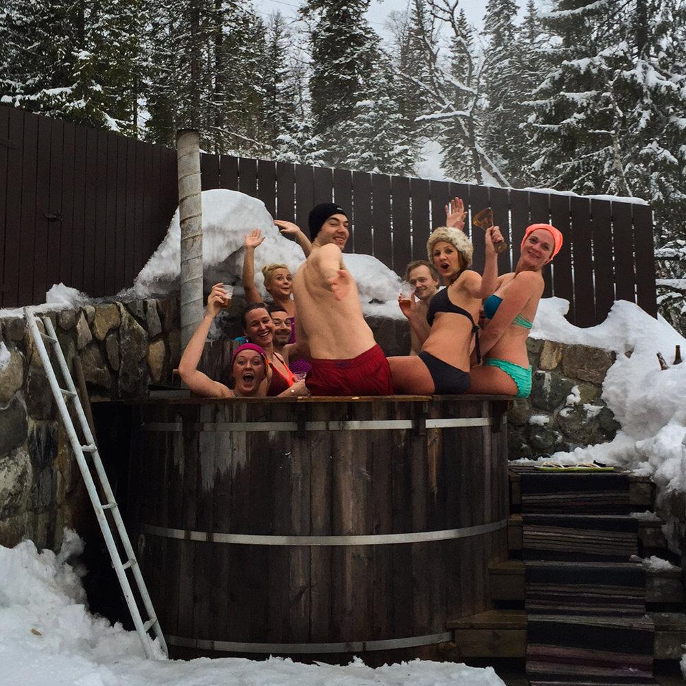 Etter ølsmakingen er det tid for badestamp. Det er allerede god stemning der da vi kommer. Foto: Marte Nikolaisen.