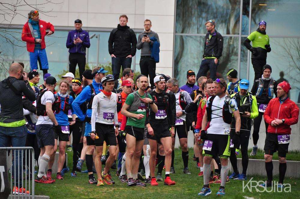 Johannes med start 99 og Hans Kristian med start 98 er klare til start. Jeg skjuler meg inne i mølja et sted. Foto: KRSUltra.