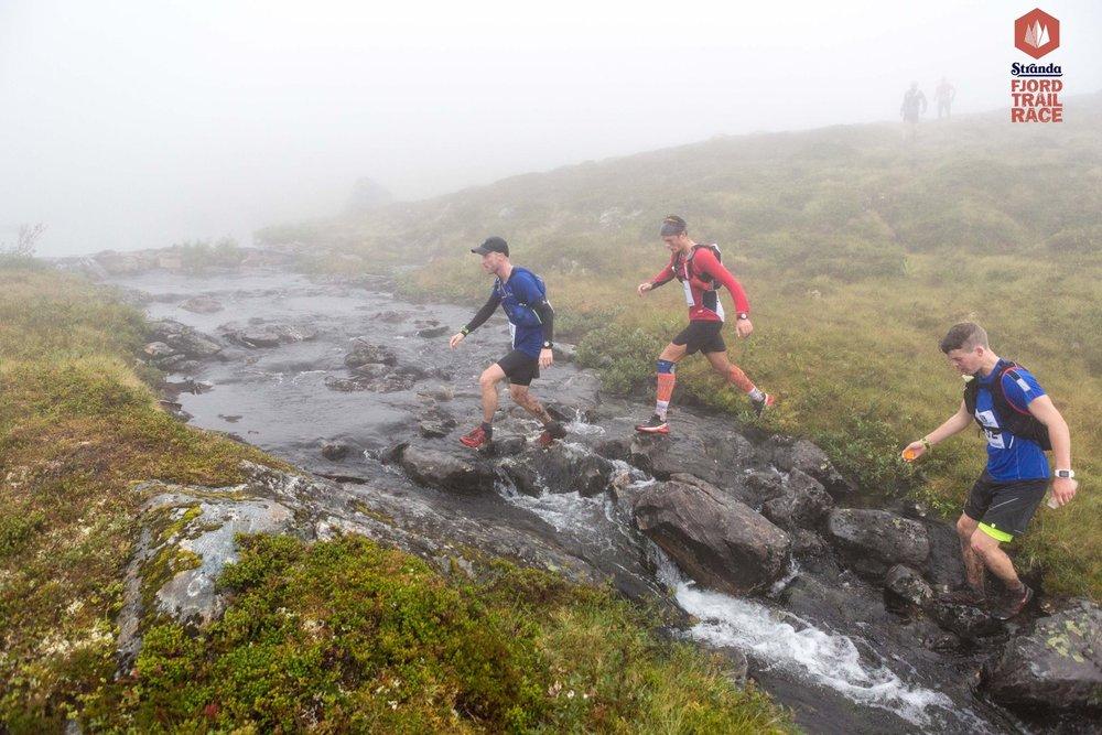 Stranda Fjord Trail Race 2017 var første gang jeg turte å starte å langt fremme i et terrengløp. Dermed var det bare å gi gass, og kjempe for å holde konkurrentene bak meg. Det var ikke lett, slik som her utenfor stiene i myrlendt terreng. Tilslutt holdt det til en 22. plass. Foto: Kyrre Byxrud.