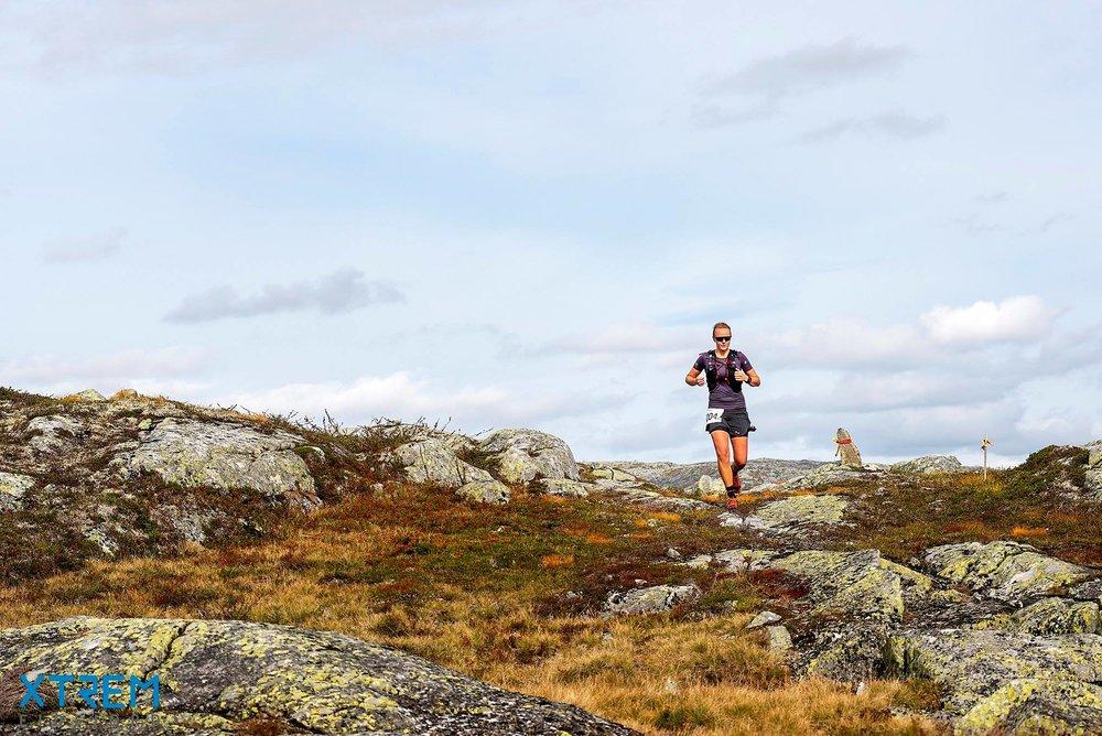 Etter den lange og bratte første bakken kommer du til et fantastisk flott fjellterreng. Slik som her Henriette Wiken Lund løper i 2018. Foto:  Kai-Otto Melau