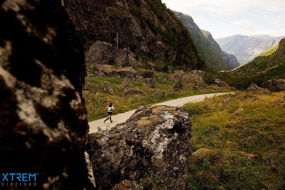 Elise Rivenes Hagen på grusveien i siste del av løypa. Foto:  Kai-Otto Melau .