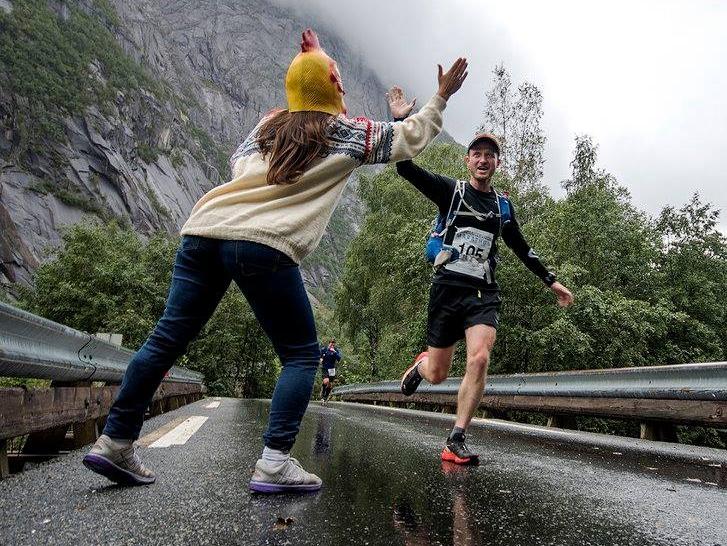 På en bro står en jente med hønelue. Hun gir meg en high five. Foto:  Kai-Otto Melau .