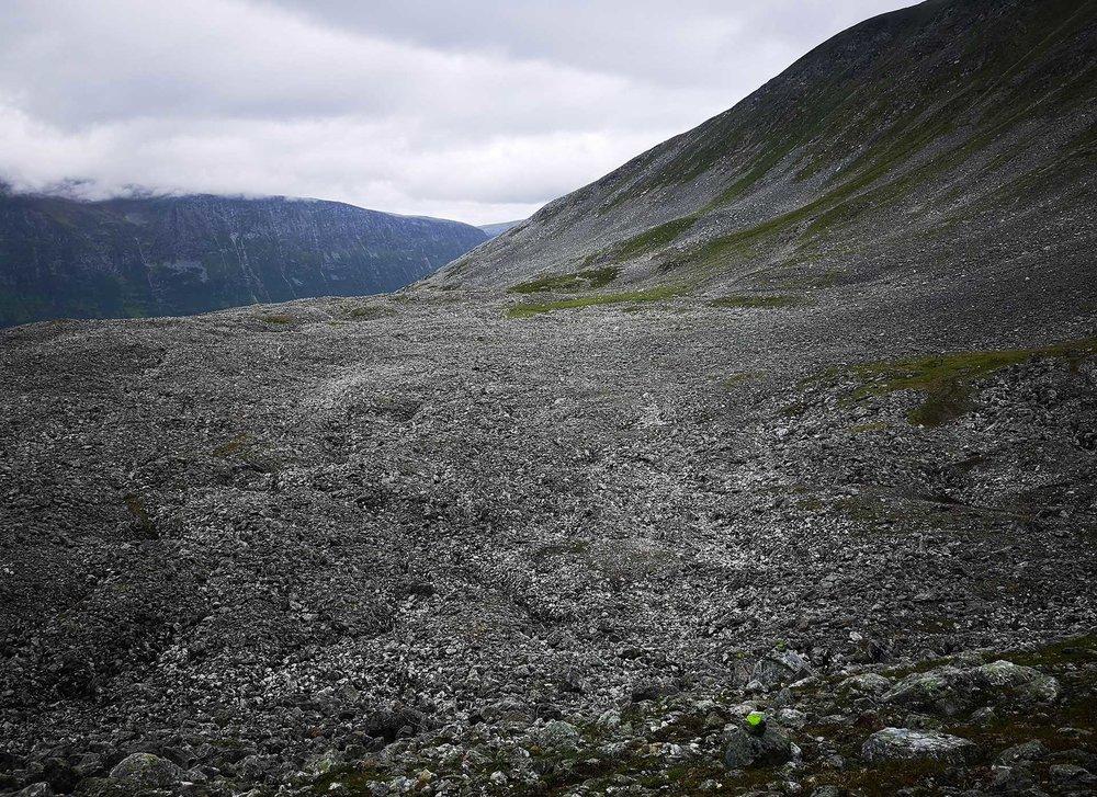 Ser du stien? Om du vil trene på terrenget du får under Hamperokken Skyrace, tren også på løping på stein som dette. Foto: Bjørnar Eidsmo.