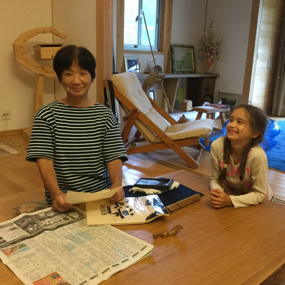 We started by feeling the paper. It is very thin, and the coarse side is the back. The painting side is very smooth. The bamboo scroll holds the special paintbrush.