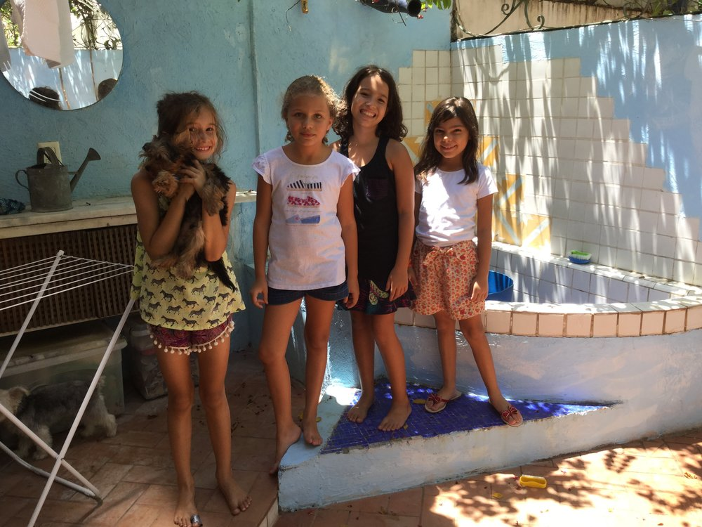 This photo is from today - it has Lili, Melinda, Isabela and Cecilia. And there were two dogs running around: Michael Jackson (Isabela's dog - under the table) and Tobique (Melinda's dog - in Lili's arms).