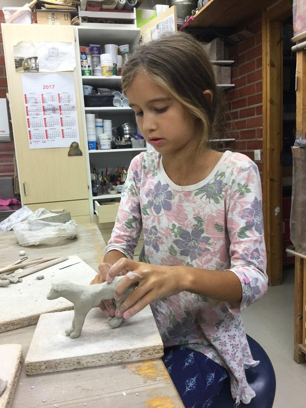 ...ja Lili päätti tehdä ketun. Tämä oli Lilin aivan ensimmäinen kerta tehdä mitään savesta.