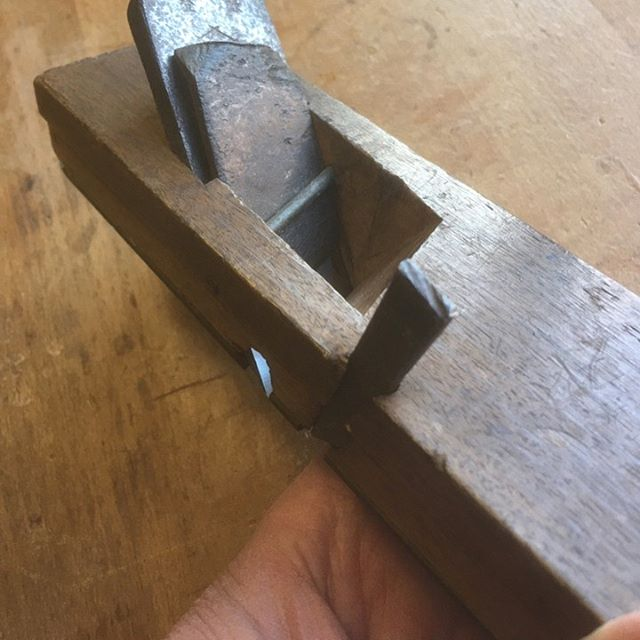 きわがんな (kiwa-ganna) rabbet-cutting plane, picked up at a flea market in Japan awhile back. Finally coaxed the side blade out of the dai so that I can now sharpen it. I think this kanna has had a nice working life so far. The main blade sharpened very well and is quite beautiful. Anxious to use it
