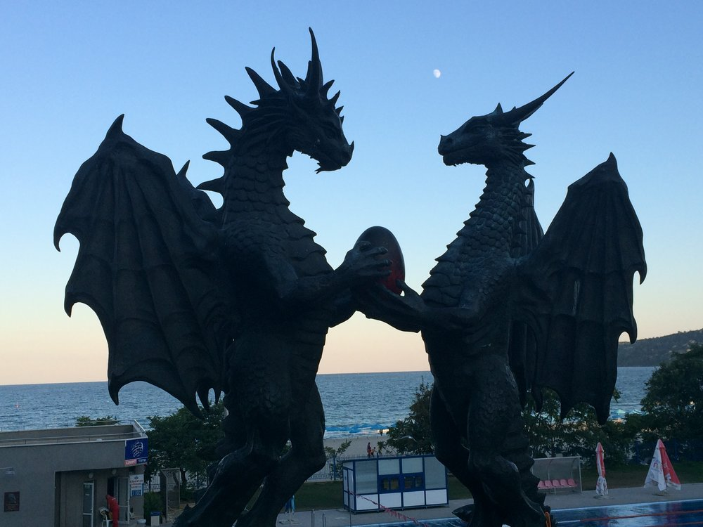 Dragons in Love, Varna