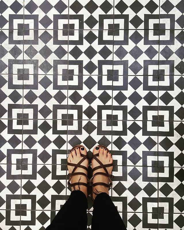 •Night Moves• __ #tile #texture #blknwht  #nightmoves #opticalillusion  #californiastyle  #christineclaytonatelier