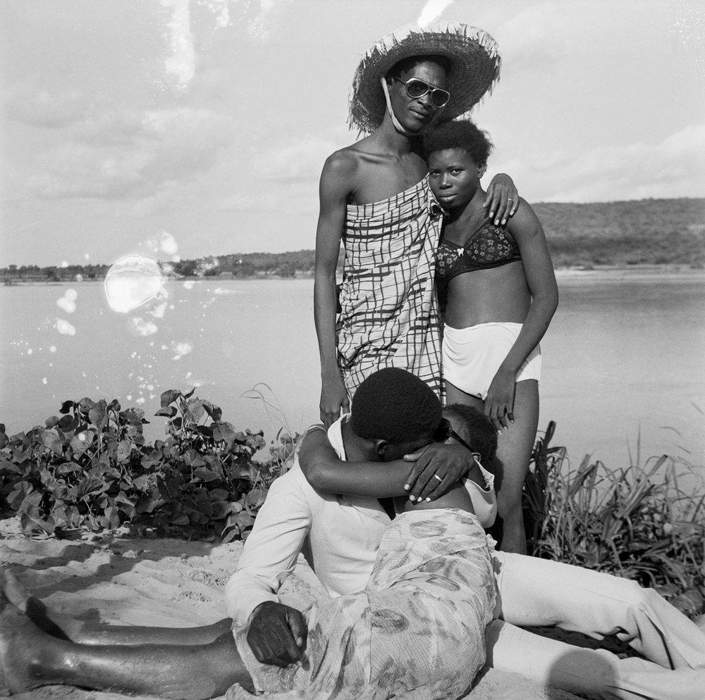 Malick Sidibé, Les Retrouvailles au bord du fleuve Niger, 1974, © Malick Sidibé, Courtesy Galerie MAGNIN-A, Paris