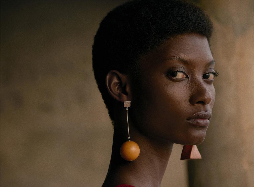 Mame wears JACQUEMUS earrings.
