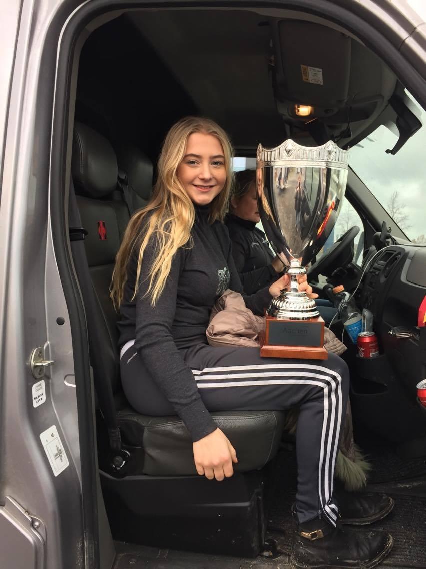 "Karoline Rohmann med den velfortjente ""Junior Champion"" pokal"