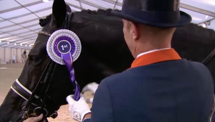 Final touch for the winner ribbon by Minderhoud himself.
