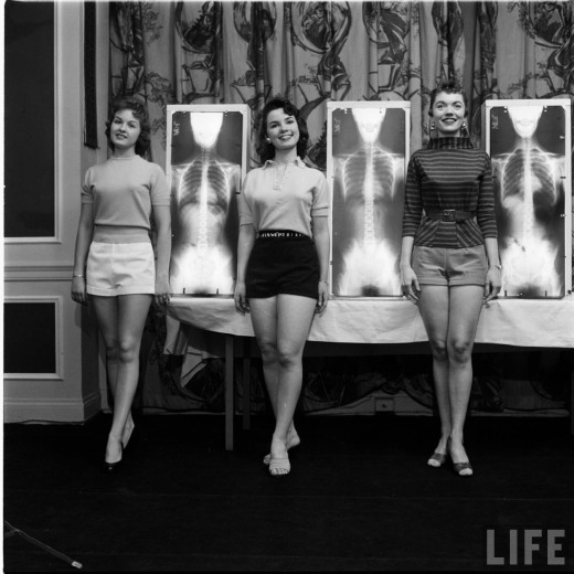 hollyhocksandtulips :      Chiropractor's beauty contest, 1956     Photo by Wallace Kirkland
