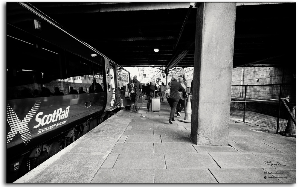 09 Aberdeen train station people elighting from a ScotRail train